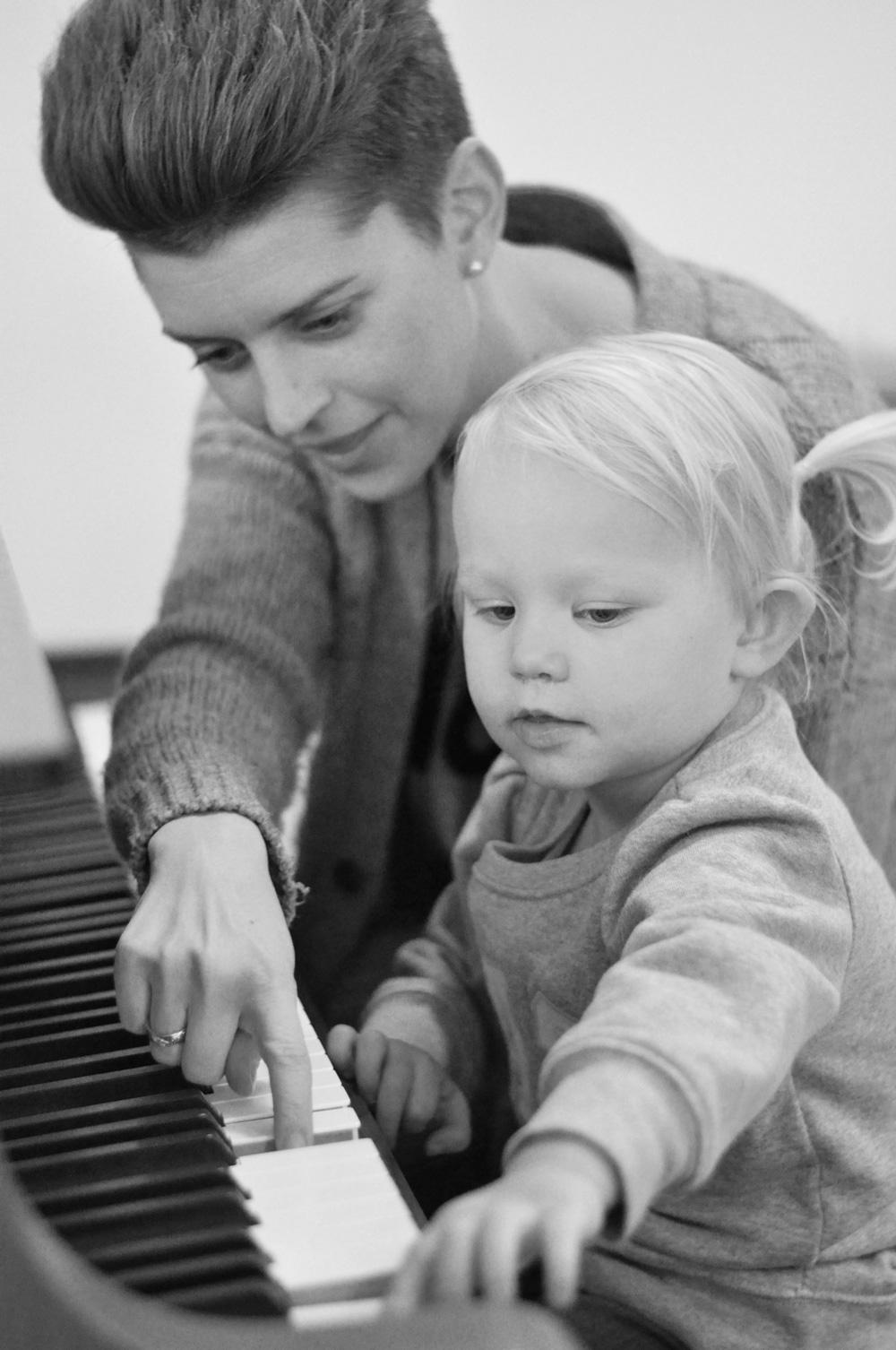 Musikterapeut Barbara Ilskov laver musikterapi med pige